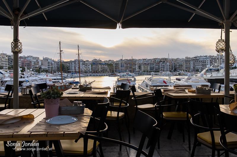 Restaurant mit Blick auf Hafen, Pasa-Limani, Athen, Griechenland