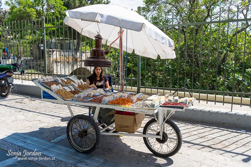 Markstand mit Verkäuferin, Nüsse, Athen, Griechenland