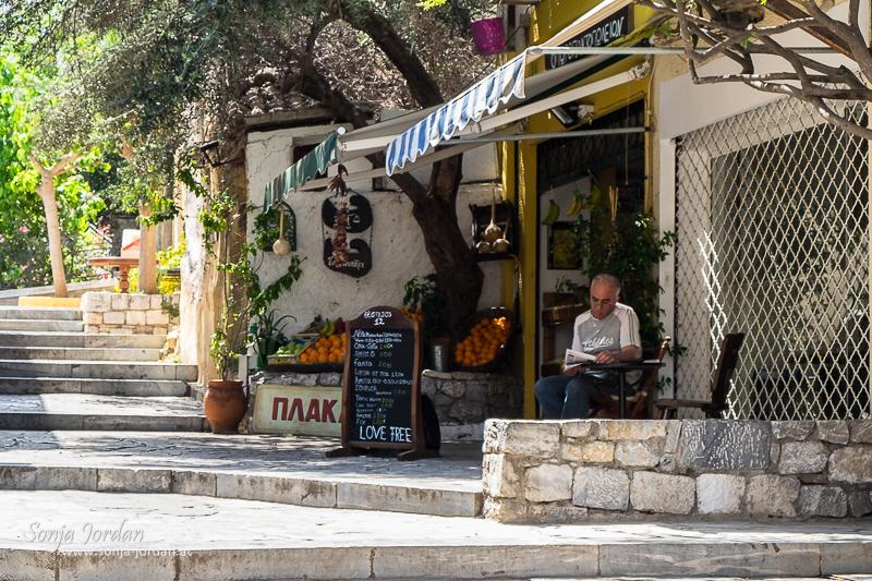 Mann liest Zeitung, Cafe, Taverne, Plaka, Athen, Griechenland