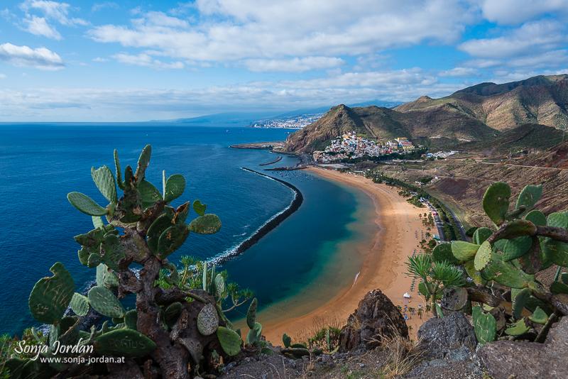 Bucht, Sandstrand Playa de Las Teresitas, hinten San Andrés und Anaga-Gebirge, La Montañita, Santa Cruz de Tenerife, Teneriffa, Kanarische Inseln, Spanien