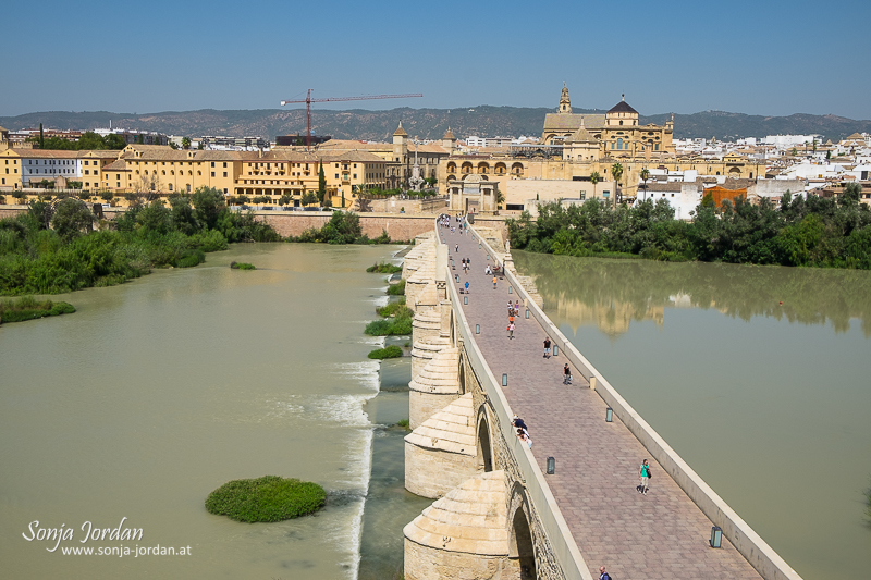 Puente Romano (bridge) spanning the Rio Guadalquivir (river), Mezquita (Cathedral-Mosque), Cordoba, Andalusia, Spain