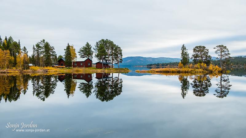 Herbstliche Landschaft mit See, Spiegelung, Norrbotten, Norrbottens län, Laponia, Lappland, Schweden
