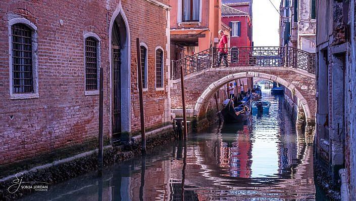 Brücke mit Spiegelung in Venedig
