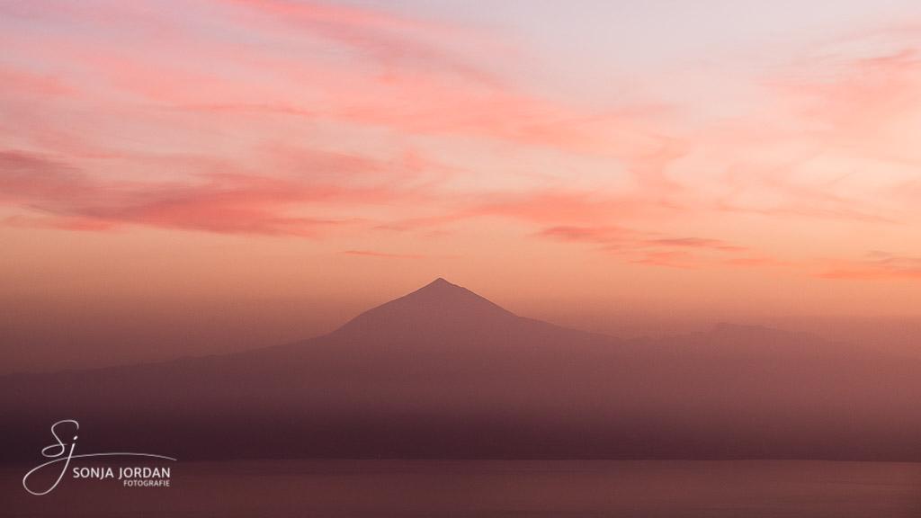 Der Teide versinkt fast im Dunst am Morgen.