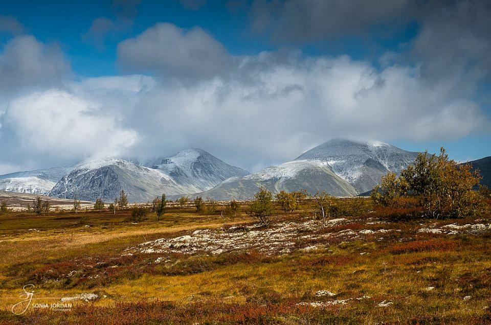 Wunderbare Herbstlandschaft mit frisch angezuckerten Bergspitzen.