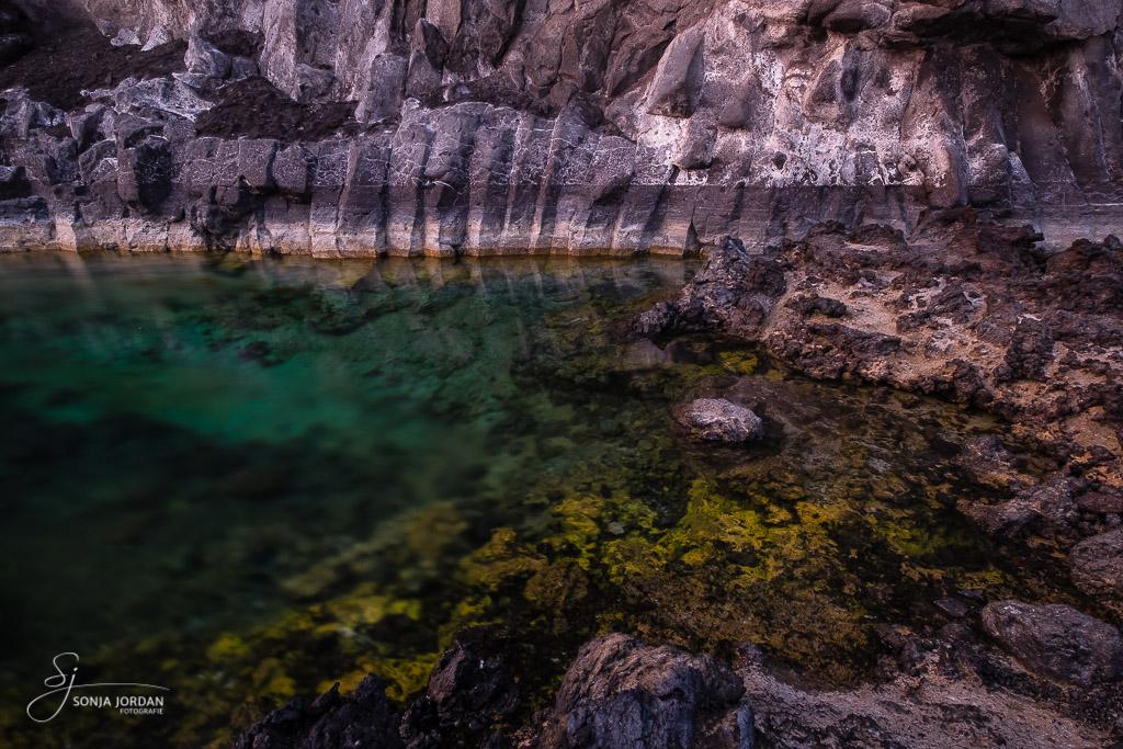 Naturpool und Basaltgestein